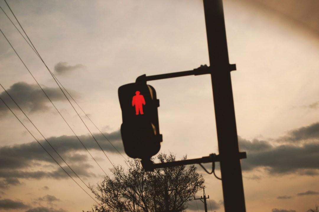 「夕暮れと赤信号夕暮れと赤信号」のフリー写真素材を拡大
