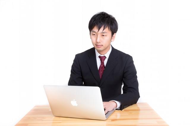 MBAで日報を入力するビジネスパーソン