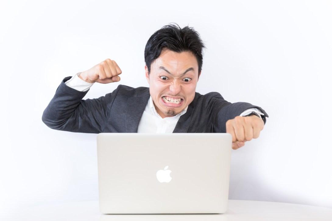 「誹謗中傷のコメントに怒るブロガー」[モデル:藤沢篤]