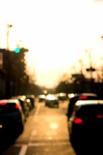 夕焼けと混雑する道路
