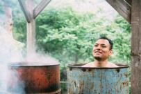 ドラム缶風呂の気持ちよさにとろける男性