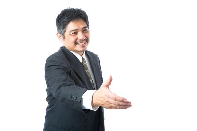 握手を求める営業部長