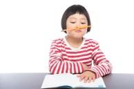 「宿題に集中できない小学生宿題に集中できない小学生」[モデル:ゆうき]のフリー写真素材を拡大