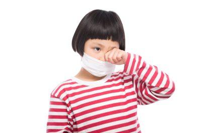 「花粉症で目がかゆい小学生」[モデル:ゆうき]