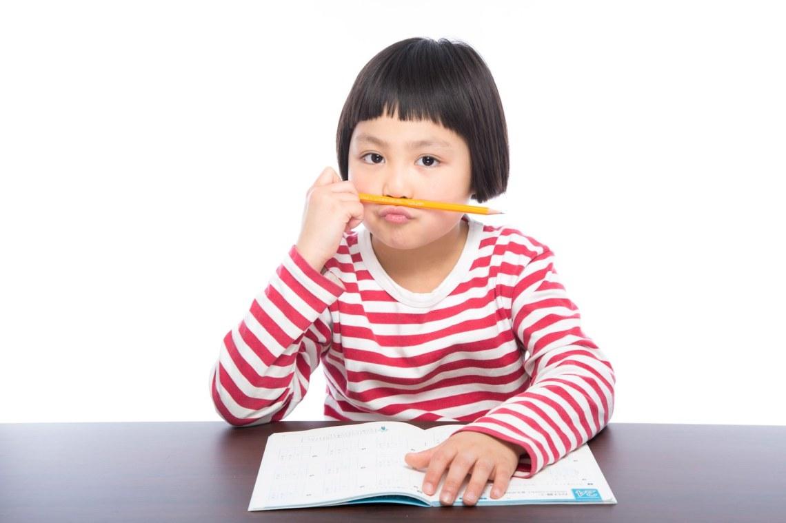 「宿題に飽きた小学生」[モデル:ゆうき]