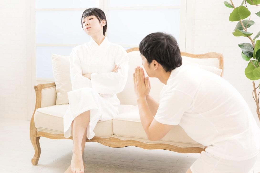 「昨晩の行為を謝る彼氏とまんざらでもない彼女」の写真[モデル:大川竜弥 緋真煉]