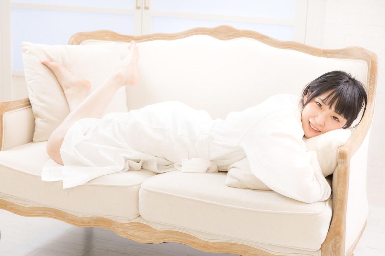 「バスローブ姿でソファーに寝転ぶ若い女性」の写真[モデル:緋真煉]