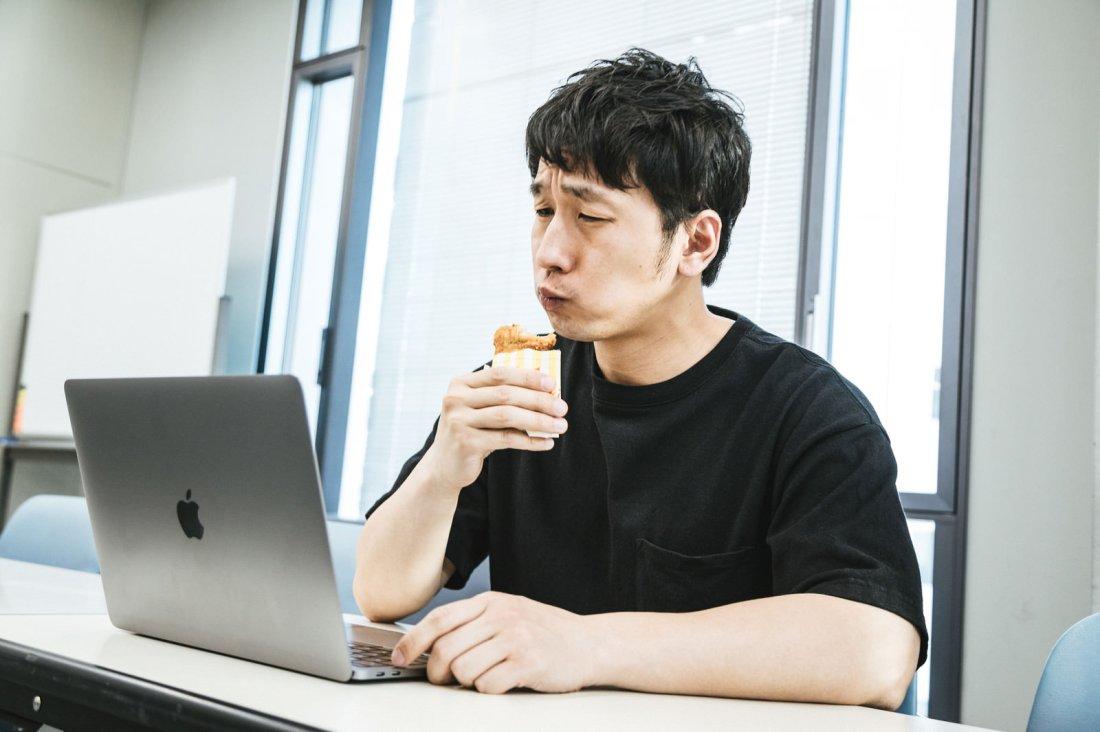 「自分の動画を見ながらフライドチキンを食べるユーチューバー自分の動画を見ながらフライドチキンを食べるユーチューバー」[モデル:大川竜弥]のフリー写真素材を拡大