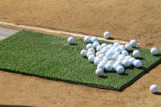 「打ちっぱなしのゴルフボール」の写真