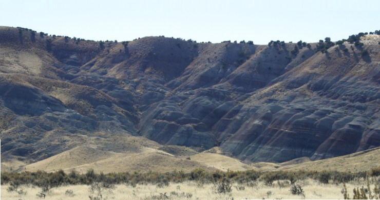 Figure 2 — The distinctive banding of the Morrison Formation originated from muds and sands laid down by ancient rivers. Photo by Michael Overton. Licensed under CC BY-SA 2.5 via Wikimedia Commons.
