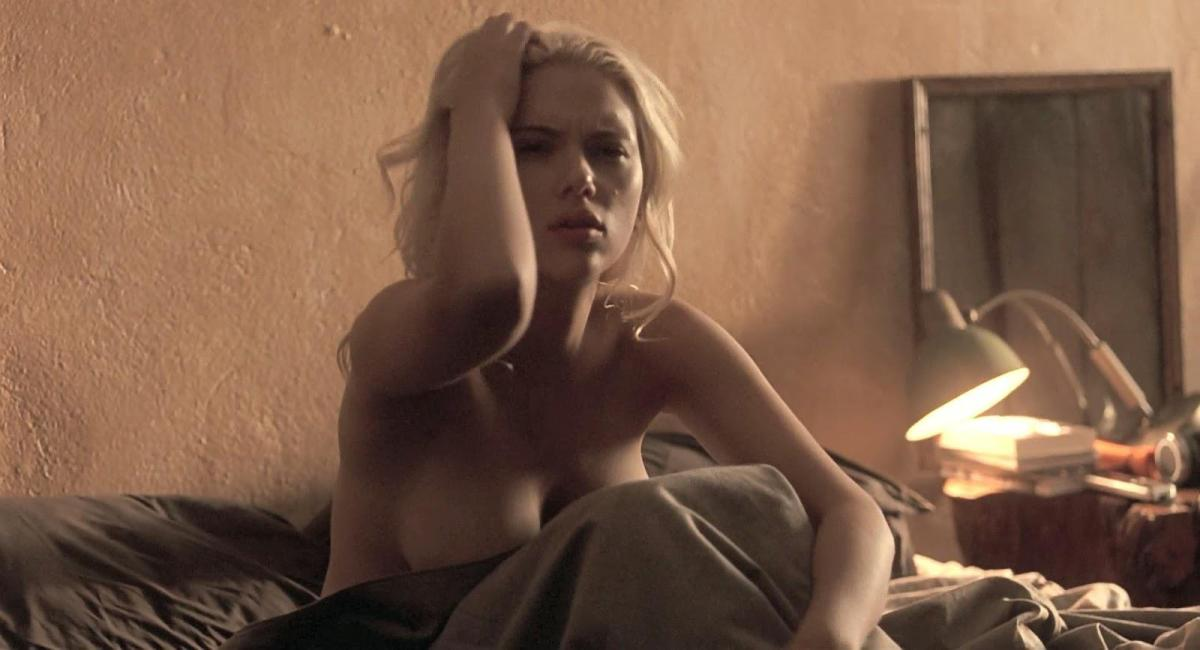 Scarlett Johansson nuda e felice