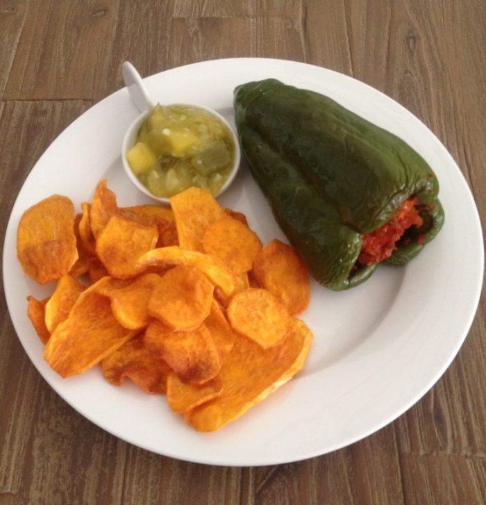 Bij de ancho poblano paprika heb ik een bataat in dunne plakjes gesneden en tot chips gebakken (in de frituur met kokosolie, max 160 graden!) Op het schaaltje ligt wat Salsa verde als dipsaus bij de chips.