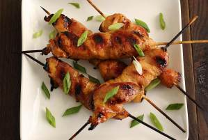 easy paleo recipe for chicken skewers with bacon and hot chili seasoning