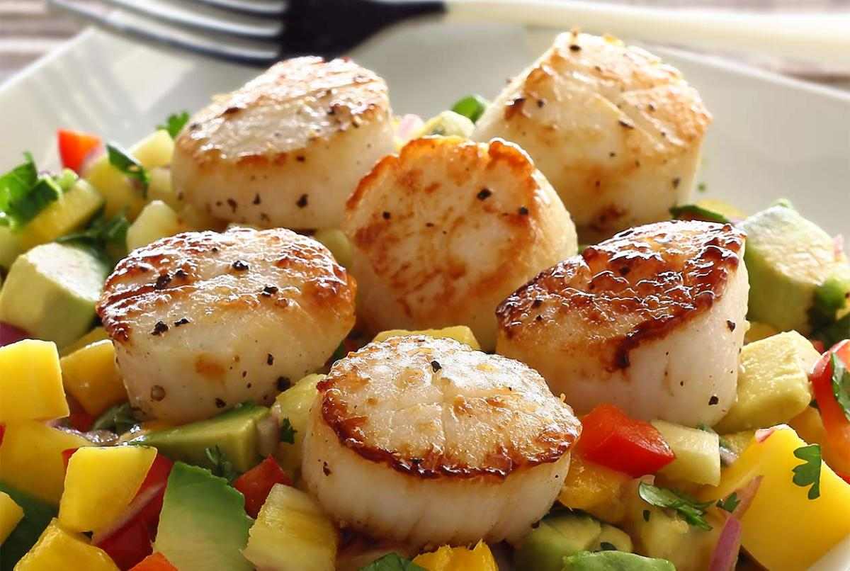 easy paleo recipe for seared scallops with mango-pineapple salsa