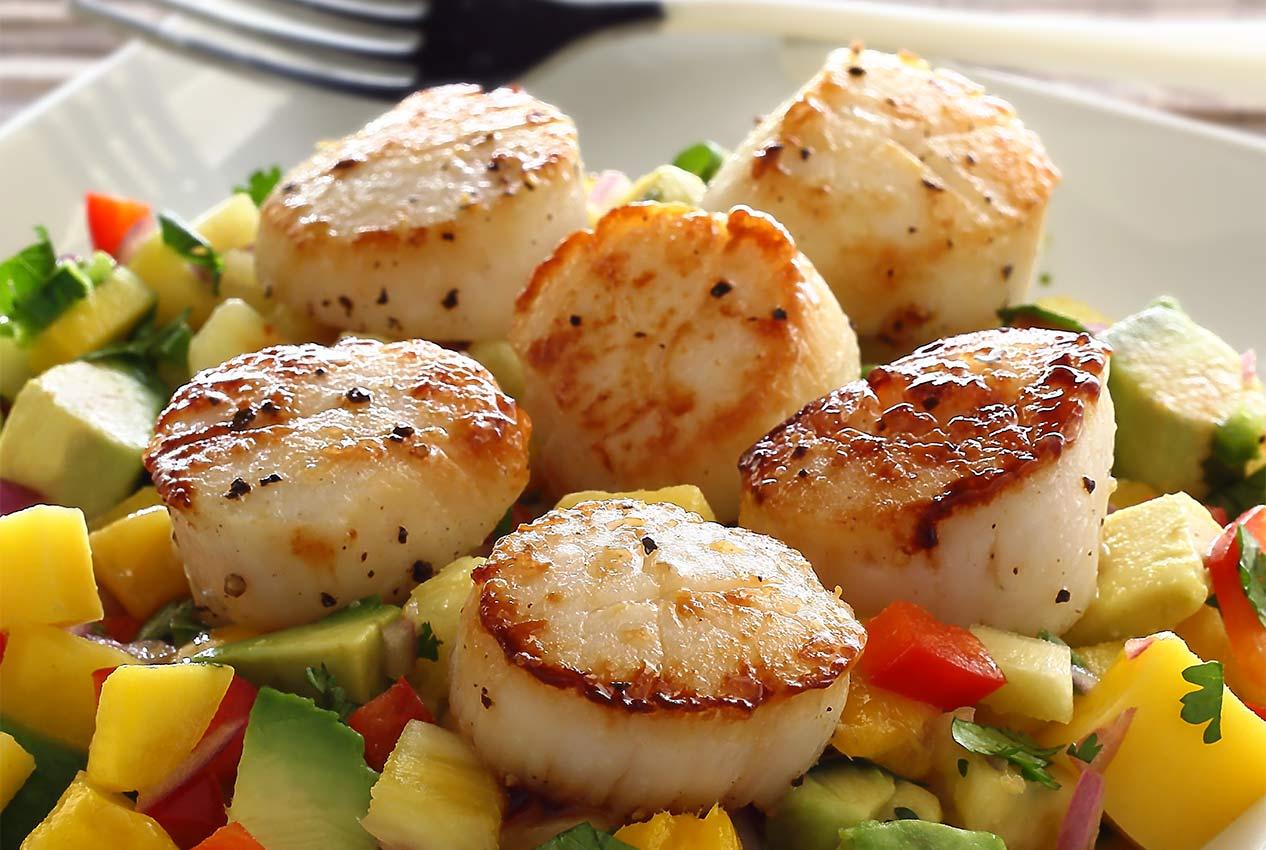 easy paleo recipe for seared scallops with mango-pineapple salsa