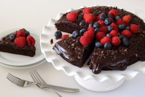 Fast and easy paleo-friendly and dairy-free recipe for a chocolate cake with frosting