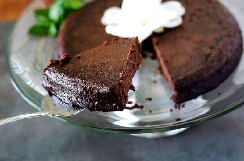Decadent Flourless Chocolate Cake | PaleoScaleo.com