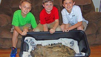 On the News | USA | Local dinosaur bone hunters discovering
