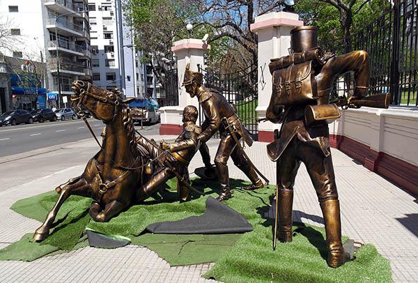 conjunto escultórico que recrea el heróico salvataje realizado por el Sargento Cabral al General San Martín en medio del histórico combate