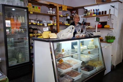 Lorena vende pollo, cerdo, lacteos y quesos.