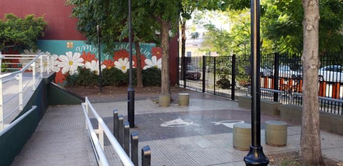 Ingreso por Gurruchaga - Patio John Malcolm en el barrio de Villa Crespo