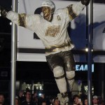 14-Luc Robitaille statue