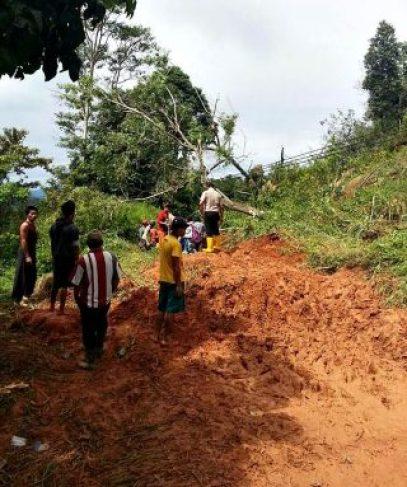 Salah satu titik longsor di Desa Padang Bindu Kecamatan Tanjung Agung, Senin (14/11/2016). (Fptp: Polres Muara Enim)