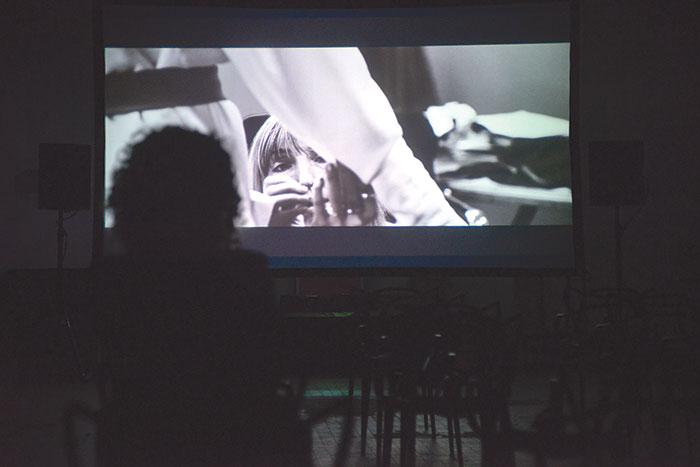 Un frame della proiezione  del film di  Lost & Found Ria Dunn