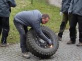 Reifen mithilfe von Bremsenreiniger und Feuerzeug aufziehen.
