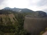 LInks der Berg im ehemaligen Stausee von Longarone