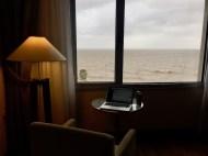 Room with a view. Sicher vor dem Sturm im Hotel.