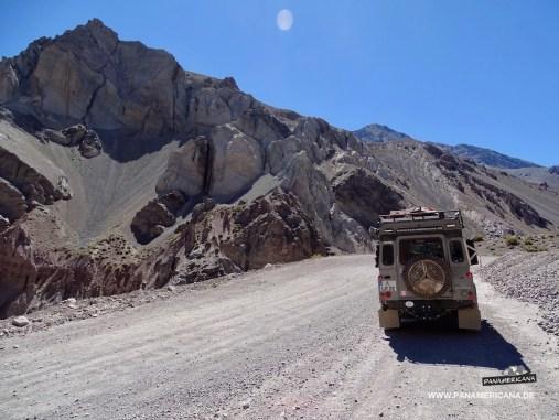 Über 80 Kilometer führt der Pass hoch bis zum Scheitelpunkt.