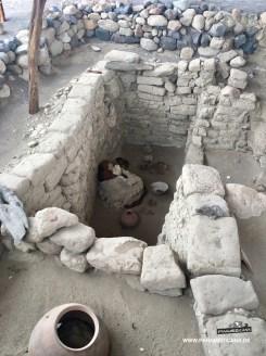 Grabstädte mit sitzenden Toten