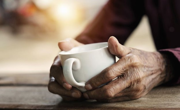 A pancreatic cancer patient drinks herbal tea as a complementary medicine
