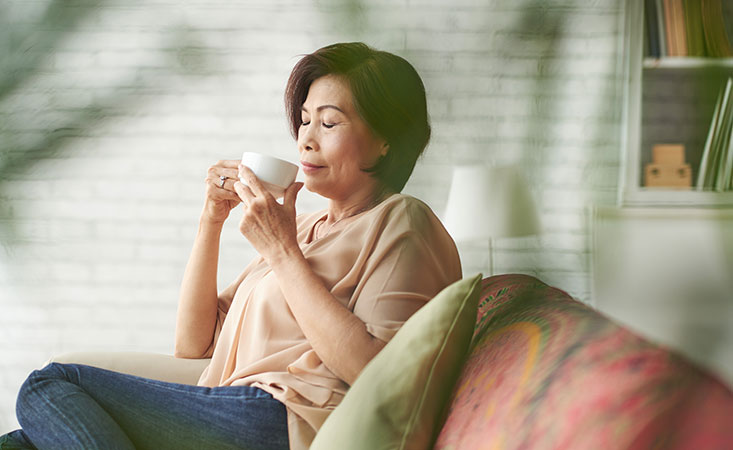 Pancreatic cancer patient drinks peppermint tea to reduce nausea