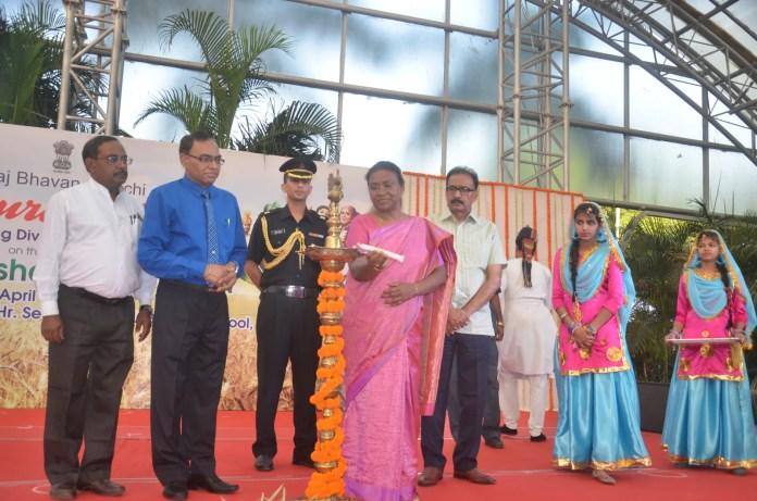 पोयला बैशाख के मौके पर स्कूली बच्चों ने दी राजभवन में सांस्कृतिक प्रस्तुति