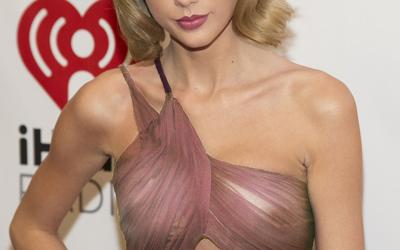 Taylor Swift Tits Show In See-Through  Pandesia World-9592