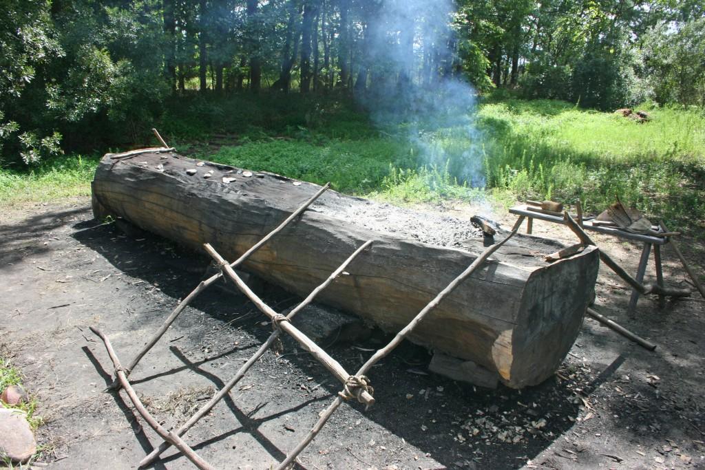 La pirogue monoxyle indienne : on brule lentement un tronc, avant de creuser la partie consummée avec des coquillages...