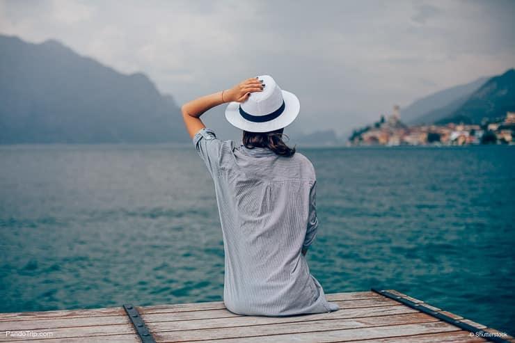 نساء، looking at، بحيرة، Garda، Italy