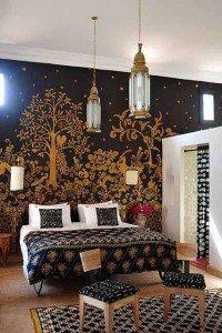 wallpaper kamar hitam sentuhan maroko emas