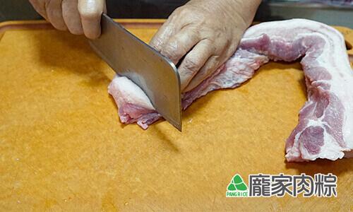 75-02肉粽大塊豬肉切法 留約一根手指粗的寬度