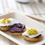 Crostinis à la crème d'olives noires Kalamata et oeufs de cailles, sel noir… Où je te parle de Kalios.