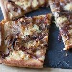 Pizza blanche aux oignons et au cheddar