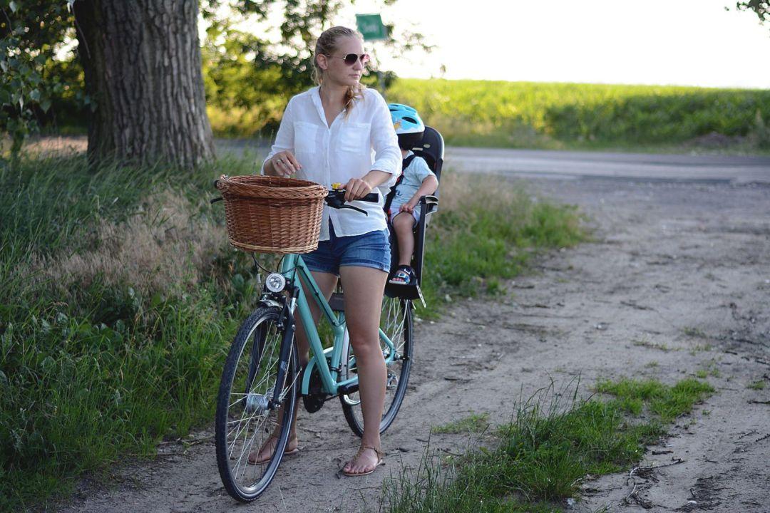 Czym przewozić dziecko na rowerze? Przyczepka rowerowa vs. fotelik