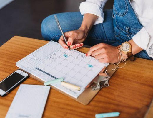 Marta Woźna zapisuje informacje w kalendarzu - Dlaczego wciąż nie możesz się ogarnąć?