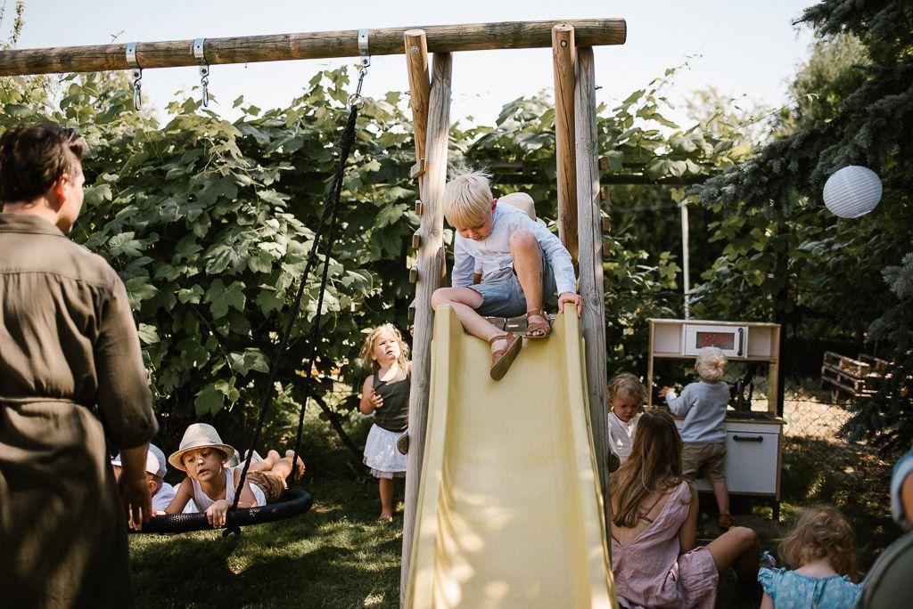 Dzieci bawią się na placu zabaw podczas urodzin boho
