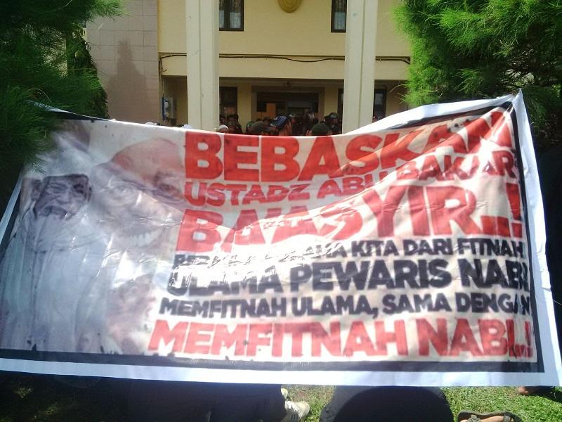 spanduk dukungan kpd ustad ABB di Cilacap sidang PK