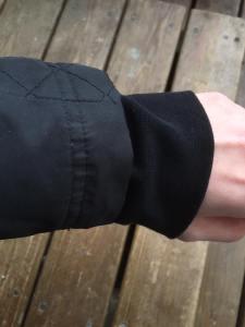Om jackan är för kort i ärmarna eller det blåser in kall luft, ta en mudd från en gammal tröja och syfast
