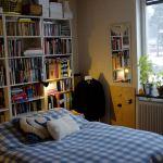 Ställ Billyhyllor bakom sängar och soffor och få mer plats
