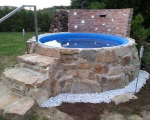 Pool med murad sten